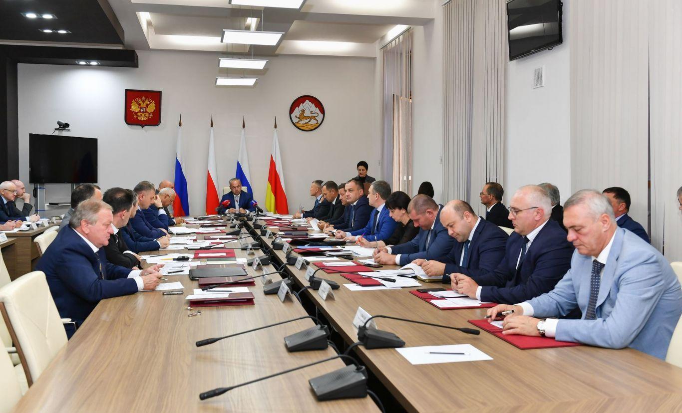 На заседании Правительства Северной Осетии подвели итоги социально-экономического развития республики за первое полугодие текущего года